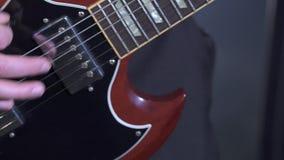 Vista delle mani del ` s del musicista mentre lui che gioca chitarra archivi video