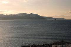 Vista delle montagne al mare al crepuscolo Fotografie Stock Libere da Diritti