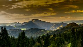 Vista delle montagne al tramonto, Polonia di Pieniny stock footage