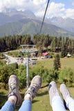 Vista delle montagne caucasiche dalla cabina di funivia fotografie stock