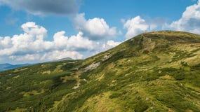Vista delle montagne da una vista dell'occhio del ` s dell'uccello Immagine Stock