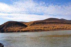 Vista delle montagne dal fiume Fotografia Stock