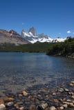 Vista delle montagne dalla costa del lago Fotografia Stock Libera da Diritti