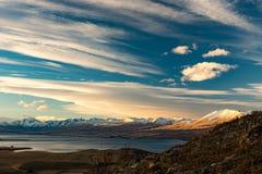 Vista delle montagne, del lago e del valey in un giorno soleggiato dal supporto Immagine Stock Libera da Diritti