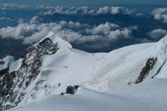 Vista delle montagne della neve dalla sommità di Montblanc in alpi Immagine Stock Libera da Diritti