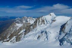 Vista delle montagne della neve dalla sommità di Montblanc in alpi Fotografie Stock Libere da Diritti