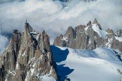 Vista delle montagne della neve dalla sommità di Montblanc in alpi Fotografia Stock
