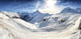 Vista delle montagne delle alpi di Piz Bernina in Svizzera Fotografia Stock