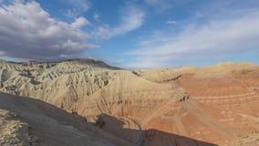 Vista delle montagne di Aqtau, Altyn Emel, il Kazakistan di Panoramicl stock footage