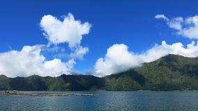 Vista delle montagne di Batur e del lago Al sito delle sorgenti di acqua calda naturali sotto il vulcano di Batur, nel Re della m fotografia stock
