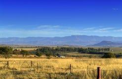 Vista delle montagne di Drakensberg e dei campi - Sudafrica Fotografie Stock Libere da Diritti