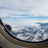Vista delle montagne di Kamchatka dall'oblò dell'aeroplano immagini stock libere da diritti