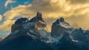 Vista delle montagne di Torres nel parco nazionale di Torres del Paine durante l'alba Autunno nella Patagonia, il lato cileno archivi video