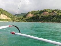 Vista delle montagne e delle colline verdi di Mindoro dalla barca fotografie stock libere da diritti