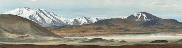 Vista delle montagne e dei calientes dei Aguas o lago di sale di Piedras rojas nel passaggio di Sico Fotografie Stock