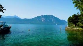 Vista delle montagne e del lago alpini Lucerna dal villaggio di Weggis in Svizzera stock footage