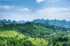 Vista delle montagne infinite nell'iarda del paese della Cina Fotografia Stock Libera da Diritti