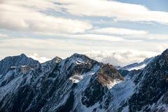 Vista delle montagne nel giorno di inverno soleggiato, Austria, Stubai, località di soggiorno delle alpi di Stubaier Gletscher fotografie stock libere da diritti