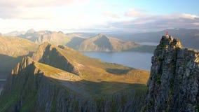 Vista delle montagne nella contea di Troms video d archivio