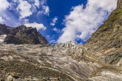 Vista delle montagne sotto il cielo blu Fotografia Stock