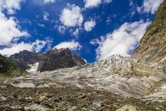 Vista delle montagne sotto il cielo blu Fotografie Stock
