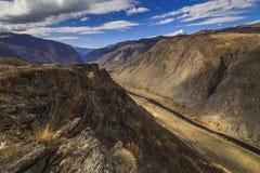 Vista delle montagne sotto il cielo blu Fotografia Stock Libera da Diritti