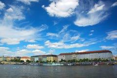 Vista delle navi sul fiume la Moldava a Praga Immagini Stock Libere da Diritti