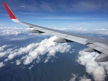 Vista delle nuvole dall'aeroplano Vista aerea della nuvola e del cielo blu con l'aeroplano del ` s dell'ala Immagini Stock