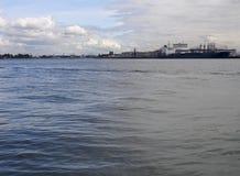 Vista delle nuvole, della nave e della parte industriale di Vlaardingen fotografia stock