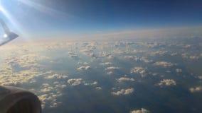 Vista delle nuvole di sera dalla finestra piana stock footage