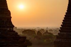 Vista delle pagode e dell'alba in Bagan fotografie stock libere da diritti