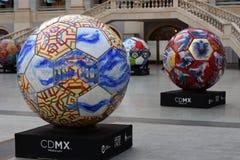 Vista delle palle dipinte messe nella fila Zona del fan del Messico durante alla coppa del Mondo Russia 2018 della FIFA Foto a co Immagine Stock