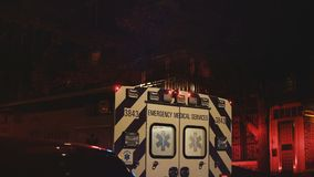 Vista delle porte posteriori e lampeggiante dell'ambulanza di servizio di soccorso che si muovono a partire dalla scena di incide video d archivio