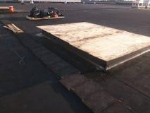 Vista delle riparazioni di tetto; Il bordo di CA sul tetto piano commerciale di EPDM e pulisce fotografia stock libera da diritti