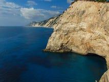 Vista delle rive rocciose di Leucade fotografie stock
