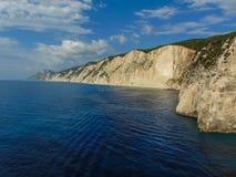 Vista delle rive rocciose di Leucade immagini stock libere da diritti