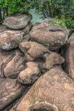 Vista delle rocce del fiume di Lucala, nei corpi dell'acqua di Kalandula, con le firme scolpite nelle rocce dei turisti che passa fotografia stock libera da diritti