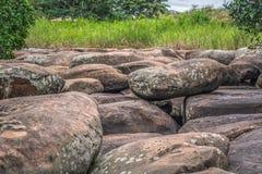 Vista delle rocce del fiume di Lucala, nei corpi dell'acqua di Kalandula, con le firme scolpite nelle rocce dei turisti che passa immagine stock libera da diritti