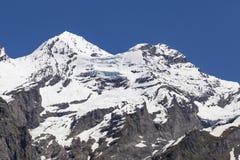 Vista delle rocce della montagna e delle alpi svizzere ghiaccio-ricoperte vicino al lago Oeschinensee, Svizzera Fotografia Stock Libera da Diritti