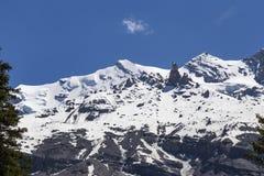 Vista delle rocce della montagna e delle alpi svizzere ghiaccio-ricoperte vicino a Oeschinensee (lago Oeschinen), su Bernese Ober Fotografie Stock Libere da Diritti