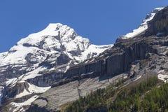 Vista delle rocce della montagna e delle alpi svizzere ghiaccio-ricoperte vicino a Oeschinensee (lago Oeschinen), su Bernese Ober Immagine Stock