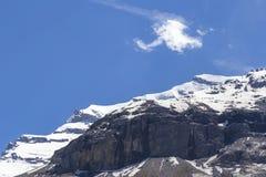 Vista delle rocce della montagna e delle alpi svizzere ghiaccio-ricoperte vicino a Oeschinensee (lago Oeschinen), su Bernese Ober Fotografia Stock Libera da Diritti