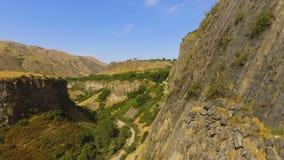 Vista delle rocce pietrose del basalto e della gola profonda, paesaggio dell'Armenia, ecoturismo video d archivio
