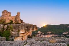Vista delle rovine del castello di Siuran, Tarragona, Catalunya, Spagna Copi lo spazio per testo immagine stock