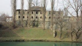 Vista delle rovine del lato sud di vecchia costruzione abbandonata del comando del HQ dell'esercito turco dal 1714, che è towar d Fotografia Stock