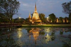 Vista delle rovine del tempio buddista antico di Wat Sa Si nella penombra di sera Sukhothai thailand fotografia stock libera da diritti