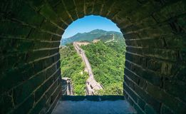 Vista delle rovine della grande muraglia della Cina alla sezione di Mutianyu nel nord-est di Pechino centrale fotografia stock