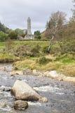 Vista delle rovine di alta torre di Glendalough, Irlanda Immagine Stock