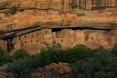 Vista delle rovine di Mesa Verde Indian dall'altro lato del canyon fotografia stock