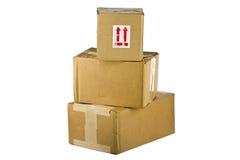 Vista delle scatole di cartone chiuse su bianco Immagini Stock